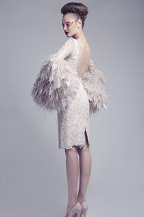 Robe de mariée courte Haute Couture, dos nu et manches longues avec incrustations de plumes - Robe: Ashi Studio Couture, été 2012 #weddingdress #bridaldress #hautecouture
