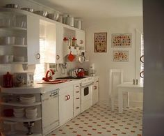 Saw this, thought ohh, what a cute kitchen!! Its a dollhouse kitchen.
