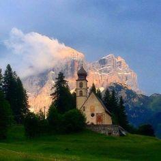 Chiesetta di Santa Fosca con il Pelmo di sfondo Belluno Dolomiti Veneto Italia
