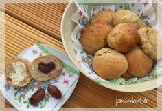 Mit unserem Rezept für Quarkbrötchen mit Datteln könnt ihr super-süße Dattelbrötchen ganz ohne Zucker backen.
