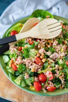 Salade met kikkererwten, knoflook en tonijn You can make this salad with chickpeas, garlic and tuna in 15 minutes. Healty Lunches, Healthy Salads, Easy Healthy Recipes, Healthy Eating, Healthy Life, Healthy Food, Salad Recipes, Diet Recipes, Cooking Recipes