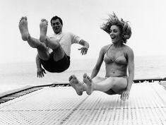"""Tony Curtis e Sharon Tate si divertono durante una pausa delle riprese del film """"Piano piano non t'agitare"""