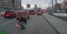 Un hombre conducía en una peligrosa avenida en Rusia, detiene el tráfico para salvar a un gatito que cruzaba la calle. Street View, Russia, Kitty, Street, Men