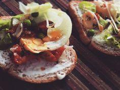 Sanduíche natural de hoje com #tomateseco  #champignon  #brotodefeijao e ervilhas!  . . . . #healthy #fitspo #fitfood #sandwich #sanduichenatural #emagrecer #vamoquevamo #receitalight #light #cleaneating #cleanestingnideas #fitfoodie #slim #saudavel #receitasaudavel