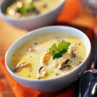 Soup of mussels with cream, easy and cheap: recipe on Current Cuisine – The most beautiful recipes Fish Recipes, Seafood Recipes, Soup Recipes, Mussel Recipes, Clean Eating Diet, Clean Eating Recipes, Mussels, Cheap Meals, Cream Recipes