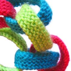 knitted paper-chain from oddknit.com.  What a great use for yarn scrappies that I just can't bear to throw out. knit knitting yarn
