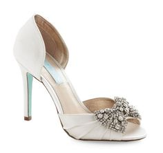 Love these Betsey Johnson heels with Tiffany Blue soles and rhinestone bow!! 10 Amazing Retro / Vintage Inspired #Wedding Shoes