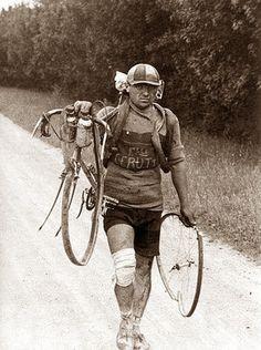 Giusto Cerutti with broken wheel Tour De France 1928 Velo Retro, Velo Vintage, Vintage Cycles, Vintage Bikes, Buy Bike, Bike Run, Karl Marx, Cycling Art, Cycling Bikes