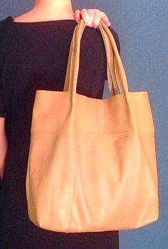 Очень крутая сумка `Must-have` из натуральной кожи, вместительная, удобная, на плечо. Ручная работа.  Сумка выполнена из натуральной кожи вручную.  Авторская работа.