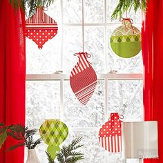 Add Christmas cheer to a room by hanging paper ornaments from your windowsill. Alternating colors and patterns keeps things jolly and playful. Use metallic string and paper for a glamorous look. Easy Christmas Ornaments, Simple Christmas, Christmas Holidays, Blue Christmas, Navidad Simple, Navidad Diy, Paper Christmas Decorations, Paper Ornaments, Christmas Projects