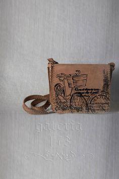 Geanta   din piele naturala, pictata si lucrata manual. Pielea este dublata. Dimensiuni: L 30 cm/   h 22cm /l 7 cm.