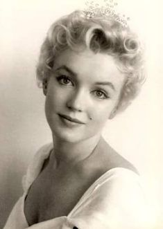 Norma Jean Baker, better known as Marilyn Monroe, experienced a disrupted, loveless childhood that included two years at an orphanage. Richard Avedon, Robert Mapplethorpe, Maquillage Marilyn Monroe, Classic Hollywood, Old Hollywood, Hollywood Stars, Fotos Marilyn Monroe, Howard Hughes, Milton Greene