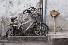 Kit Wong: Jack-in-the-box: Bicycle (2011) - Fotodruck kaschiert zwischen Acrylglas (4mm) und Dibond (3mm), in den Größen 22 x 33 cm und 30 x 45 cm.