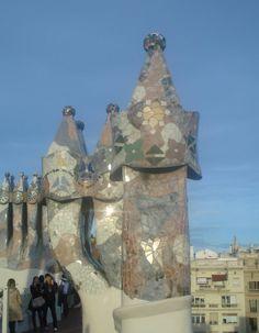 Schornstein im Casa Batlló von Antoni Gaudi. Mehr dazu > http://www.malerische-wohnideen.de/blog/unsere-wundervollen-begegnungen-mit-der-architektur-von-antoni-gaudi-in-barcelona.html