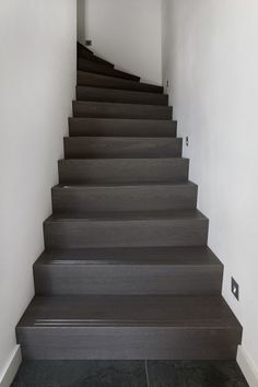 Trappen   Strakk, gepassioneerd vakmanschap in ieder detail Stairs, Interior, Wand Tv, Basement, Design, Home Decor, House Ideas, Detail, Decoration