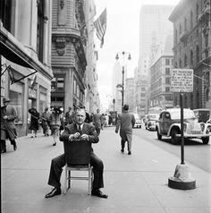 Georg Grosz, Fifth Avenue, New York, 1948. Foto di Stanley Kubrick