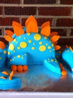 Easy triceratops dinosaur birthday cake recipe for a dinosaur birthday party! I love this idea and what a cute little gift for your kids to have a homemade cake this awesome! Dinosaur Birthday Cakes, Dinosaur Party, Dinosaur Cake Easy, 4th Birthday Parties, Birthday Fun, Birthday Ideas, Dino Cake, Party Fiesta, Party Ideas