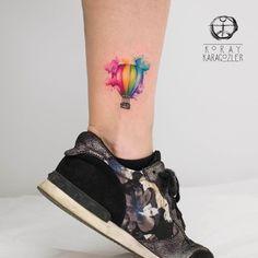 Tatuagem criada por KORAY KARAGÖZLER da Turquia.    Balão super colorido e delicado na perna.