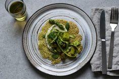 Kikärtspannkakor med grönkålsdressad sparris- och gulbetssallad - Food Pharmacy