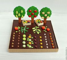 Autumn is the harvest time. In this DIY you will harvest vegetables from polymer clay and fruit out of felt. You need:- thick corrugated cardboard- PVA glue- art or utility knife- acrylic paint- polymer clay- felt, thread, polyester batting or wool- woode Games For Kids, Diy For Kids, Activities For Kids, Crafts For Kids, Felt Fruit, Felt Food, Felt Crafts, Diy And Crafts, Harvest Time
