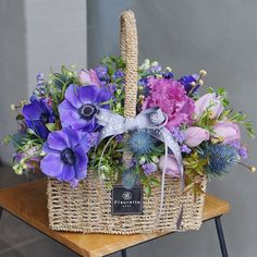 How to arrange flowers beautifully. Best Options For Floral Arrangement, It's easier than most people think to make a beautiful flower arrangement. Basket Flower Arrangements, Beautiful Flower Arrangements, Table Flowers, Floral Arrangements, Beautiful Flowers, Flower Basket, Flower Boxes, Fleur Design, Victorian Flowers