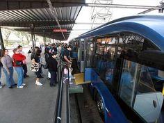 Passageiros embarcam em ônibus articulado BRT de Curitiba