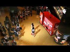 Con la máquina de #CocaCola tú también te pondrías a bailar, descubre como unos paseantes de una plaza lo hicieron.