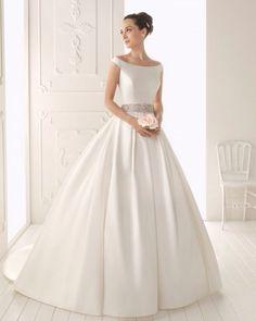 El vestido está absolutamente impecable (y ya pasado por la tintorería). La boda fue en lossalones de un hotel, con lo queel bajo no está nada dañado.Incluyo medias de novia sin estrenar, el can can especial para el vestido y los zapatos también impecables (calzo un 39-40).  Es un vestido muy muy elegante, con bolsillos en los laterales (me resultaron de lo más útiles en la boda para meter algún sobre, brillo de labios y un pequeño perfume).