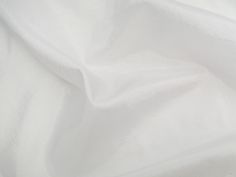 Hightech (White). Tecido leve, com brilho acetinado, superfície com suave efeito de amassado. Ideal para looks festa.  Sugestão para confeccionar: vestidos de festa, saias, blusas, entre outros.