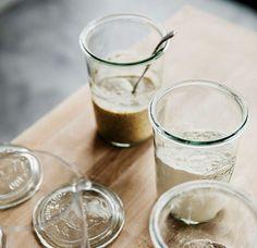 Oppskrift på surdeigsstarter og surdeig fra Ille Brød | DN Glass Of Milk, Shot Glass, Pudding, Baking, Tableware, Desserts, Food, Tailgate Desserts, Dinnerware