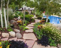 tropische pflanzen-garten mit pool-sandstein belag-weg