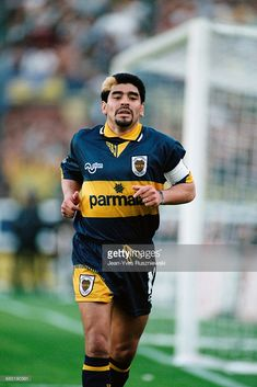 Diego Maradona playing for Boca Junior during the Retro Football, Football Soccer, Football Shirts, Steven Gerrard, Premier League, Diego Armando, Legends Football, Football Players, Fifa