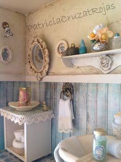 Detalle Baño rustico con miniaturas en un cuadro hecho por encargo