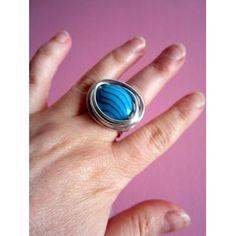 Anillo de alambre plateado con piedra azul