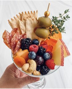 Charcuterie Recipes, Charcuterie And Cheese Board, Charcuterie Platter, Cheese Boards, Appetizers For Party, Appetizer Recipes, Party Food Platters, Buffet, Food Presentation