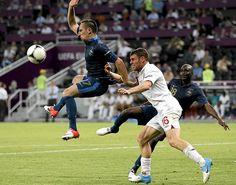 Franck Ribery kamppailee pallosta James Milnerin kanssa.