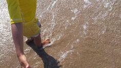 Uma praia... uma criança.