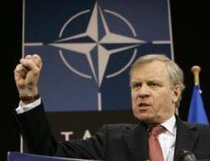 Jaap de Hoop Scheffer (Bilderberg deelnemer) kreeg na de Joegoslavië oorlog de beloning. Hij mocht secretaris-generaal worden van de NAVO. Den Haag werd beloond met een enorme zak geld en kreeg het Internationale Hof. Hier mocht men mensen uit de zelf geschapen oorlog berechten met zelf geleverde rechters