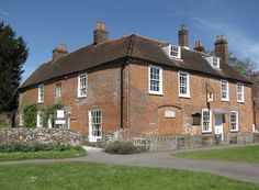 Jane Austen (Steventon, 16 december 1775 – Winchester, 18 juli 1817) spent the last eight years of her life in this unpretentious cottage in Hampshire from 1809 until 1817. It was in this house that Jane's genius flourished and where she was free to write. The Museum today reflects the comfortable family home that the Austen women created while telling the story of their lives and Jane's work.