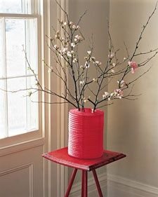 8 Stylish and easy Chinese New Year decorations - Be Asia: fashion, beauty, lifestyle & celebrity news Chinese New Year Party, Chinese Theme, Chinese New Year Decorations, Chinese New Year Crafts, New Years Decorations, Paper Lantern Centerpieces, Paper Lanterns, Vases Decor, Lantern Decorations