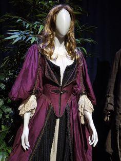 Elizabeth Swann Pirates of the Caribbean Curse of the Black Pearl dress Elizabeth Swann Costume, Elisabeth Swan, Pirate Dress, Old Dresses, Period Outfit, Fantasy Dress, Movie Costumes, Pirates Of The Caribbean, Fashion History