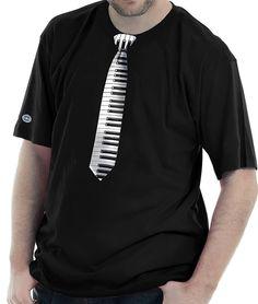 Camiseta estampada com a imagem de uma gravata estampada com teclas de piano.