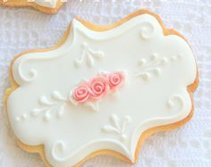 cookies decoradas Romantic White Plaque Cookie Accented with Pink Roses Cookies Cupcake, Galletas Cookies, Flower Cookies, Cookie Icing, Iced Cookies, Royal Icing Cookies, Cookies Et Biscuits, Sugar Cookies, Rosette Cookies