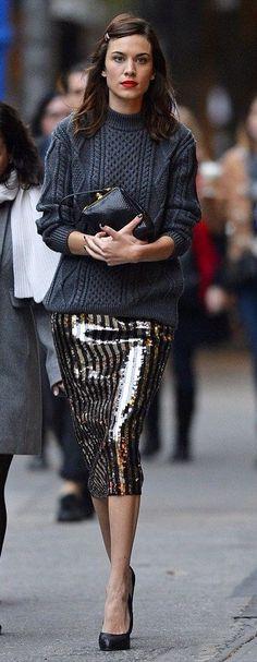 Alexa Chung en gros pull gris et jupe à sequins // Alexa Chung wearing a grey jumper and a sequin skirt