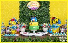 Decoração de festa infantil na mesa rústica, tema Galinha Pintadinha, realizada na cidade de Sorocaba. Empresa trabalha com temas infantis Clean / Provençal e Rústica.
