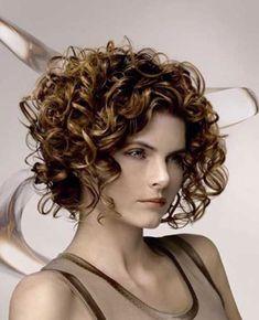 I tagli di capelli corti ricci si confermano una delle tendenze hairstyle  più interessanti nelle ultime 66ad37080574