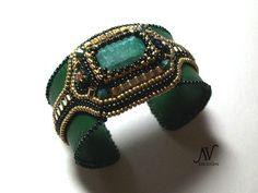 Emerald    Une réplique de mon pendentif avec des émeraudes pour une charmante jeune femme. La parure est composée de collier,bracelet et boucles d'oreilles