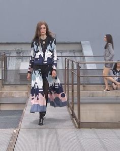 Spring Summer 2020 Ready-to-Wear Collection. Runway Show by Chanel. Women's Summer Fashion, Runway Fashion, Fashion Trends, Women's Fashion, Summer Outfits Women, Outfits For Teens, Classy Womens Dresses, Edgy Dress, Asian Street Style