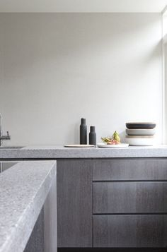 Modern minimalist kitchen design with granite decoration 00001 Minimal Kitchen, New Kitchen, Kitchen Decor, Kitchen Grey, Kitchen Modern, Kitchen Contemporary, Kitchen Shades, Kitchen Styling, Stylish Kitchen