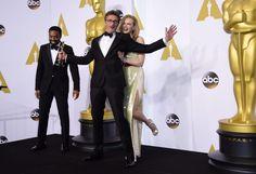 """Reżyser """"Idy"""" w trakcie niedzielnej gali rozdania Oscarów odebrał nagrodę za najlepszy film nieanglojęzyczny. Statuetkę wręczyła mu Nicole Kidman i Chiwetel Ejiofor. http://www.tvn24.pl/zdjecia/zdjecie-dnia,31565,lista.html"""